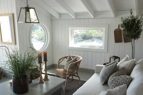 Lys stue med malte vegger, tak og lister