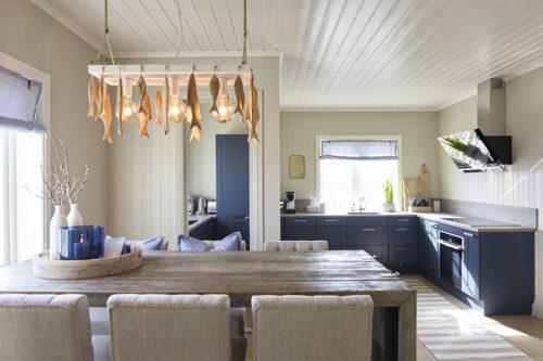 Et lyst kjøkken med malt panel