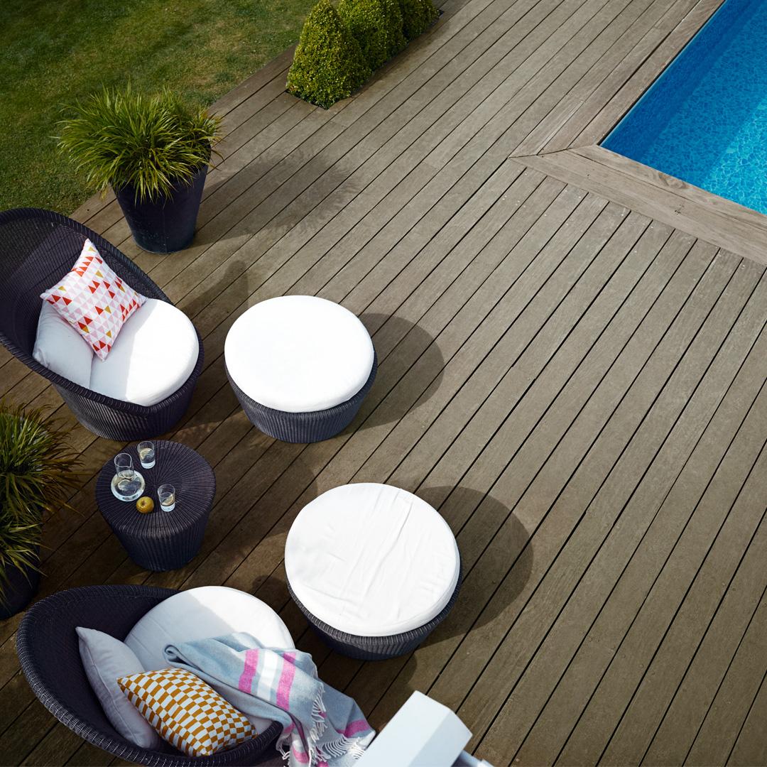 terrasse ovenfra med basseng og sittegruppe