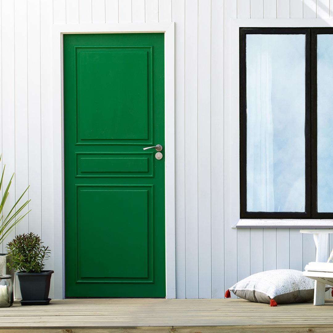 Inngangspartiet til et hus med grønn nymalt ytterdør
